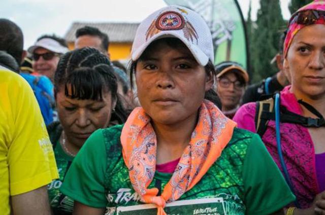 María ultramaratont nyert műanyag szandálban és szoknyában